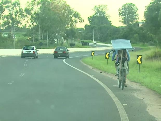 pai-constroi-bicicleta-adaptada-e-pedala-40-km-para-filha-estudar-3