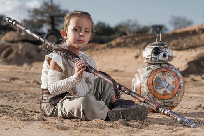 Pai faz ensaio da filha como o personagem Rey de Star Wars: O Despertar da Força
