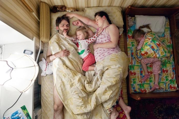 pais-dormindo-3