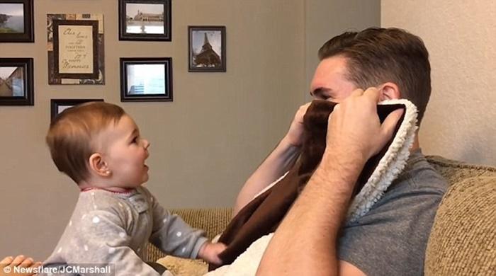 Confira a reação de bebê de nove meses ao ver seu pai sem barba pela primeira vez