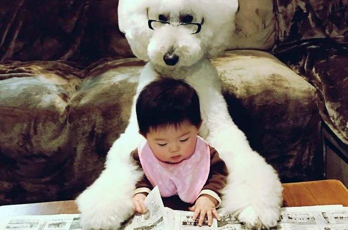 Esta japonesinha e seu poodle gigante são os melhores amigos que você vai ver hoje