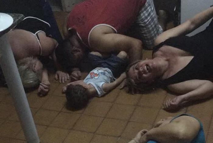 Família toda se joga no chão com birra da criança