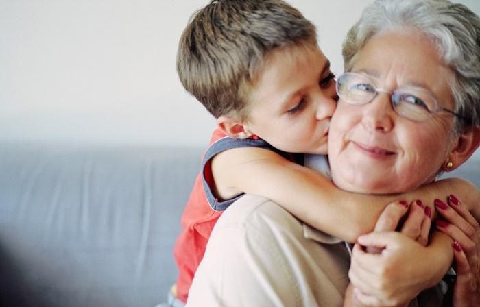Vovó que ajudam na criação dos netos vive muito mais tempo