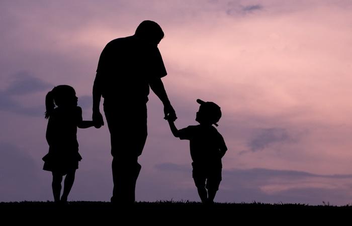 Pais se comportam diferente na criação de filhas e filhos, aponta estudo