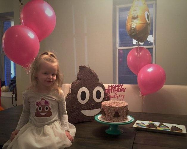 Menina de três anos pede para mãe uma festa de aniversário com o tema cocô