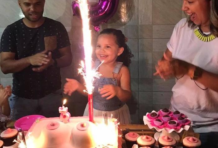 Menina de três anos pede tema de festa de 'Peitos de mamar' para pais