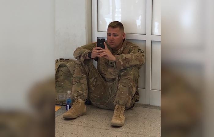 Soldado, emocionado, assiste do aeroporto o nascimento da filha ao vivo