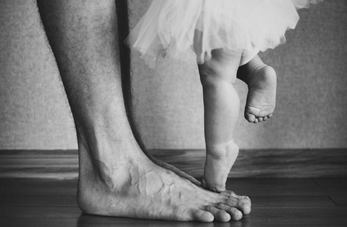 Pai participa de apresentação e dança balé junto com a filha para incentivá-la