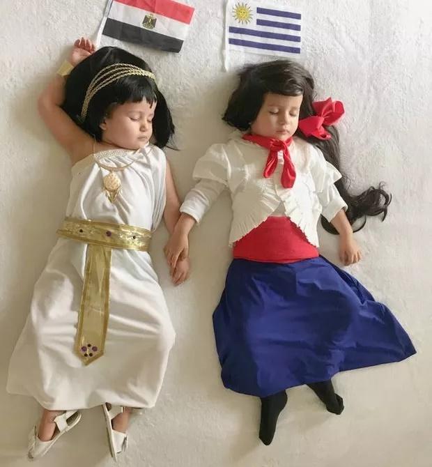 Brasileira veste gêmeas com roupas dos dois países