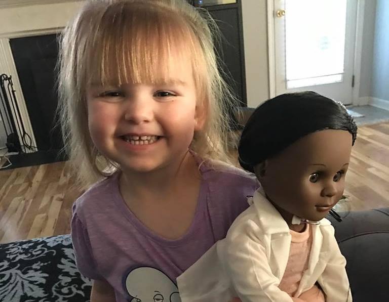 Menina de 2 anos surpreende com resposta a caixa que questionou a escolha da boneca negra