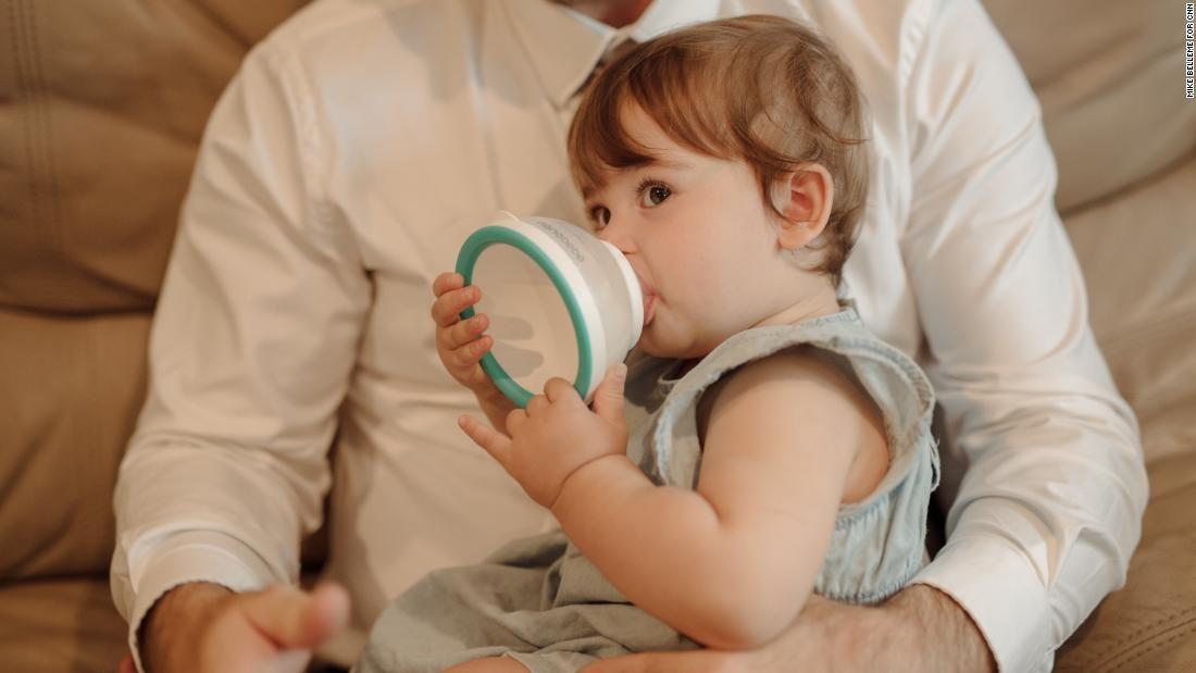 Pai cria mamadeira em formato de seio da mãe para o filho