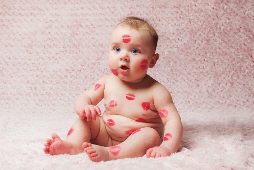 Porque é muito perigoso deixar que amigos e familiares beijem o bebê!